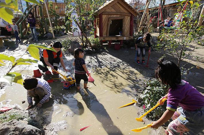 遊具を使い、泥んこになりながら砂遊び。