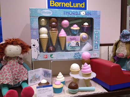 アイスクリーム屋さんごっこができます。