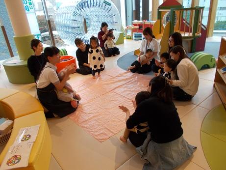 【あそびば】イベント「親子で手形アート~仲良し手形をとろう~」を開催しました