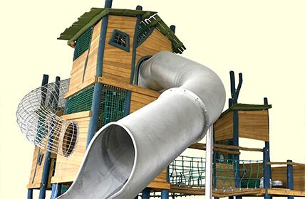 学園南店のおすすめ遊具・あそび①高さ6m!登って楽しい木製シンボルタワー