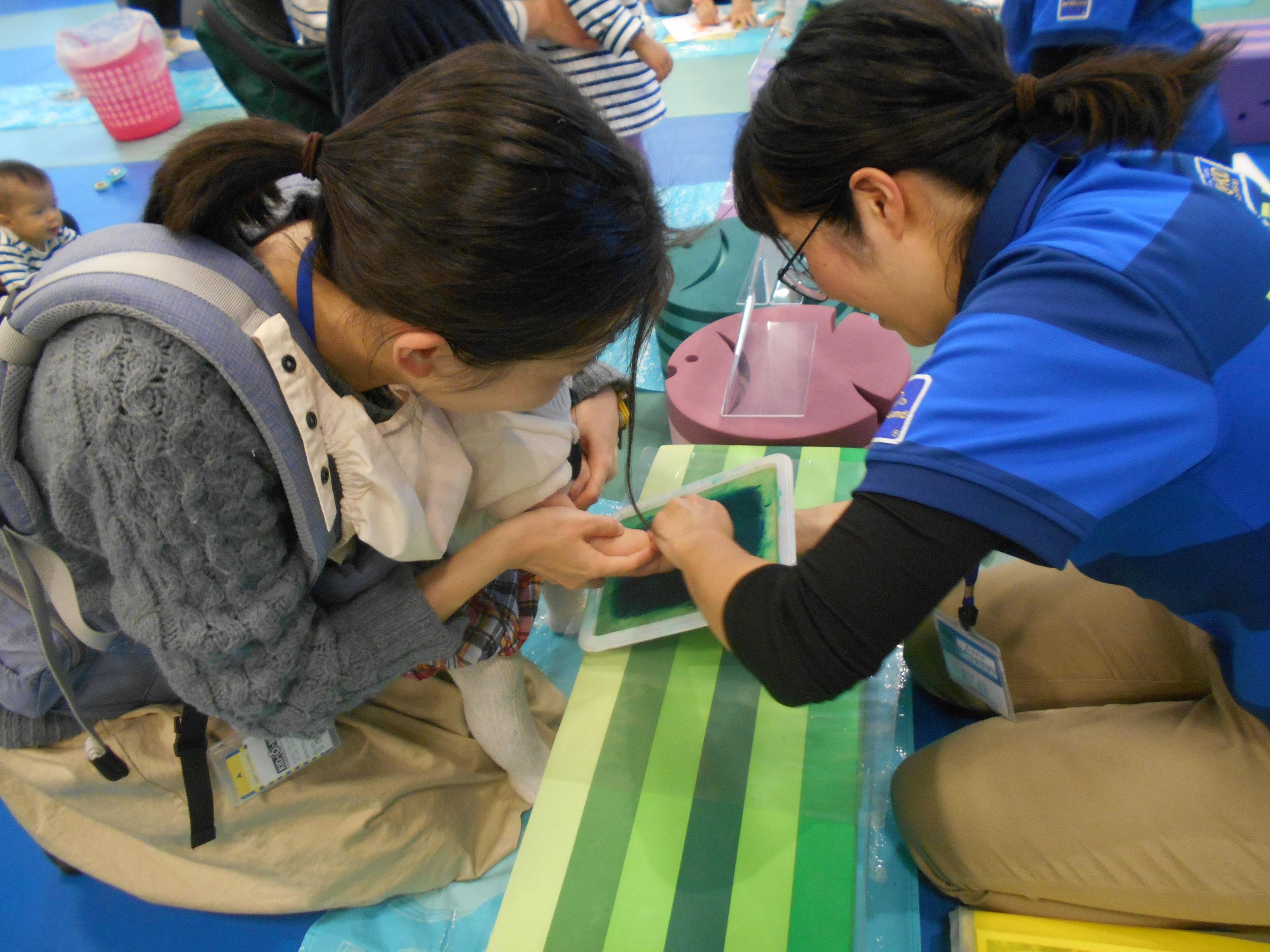 7/25(木)【赤ちゃんの日】手形・足形で8月のモチーフづくり