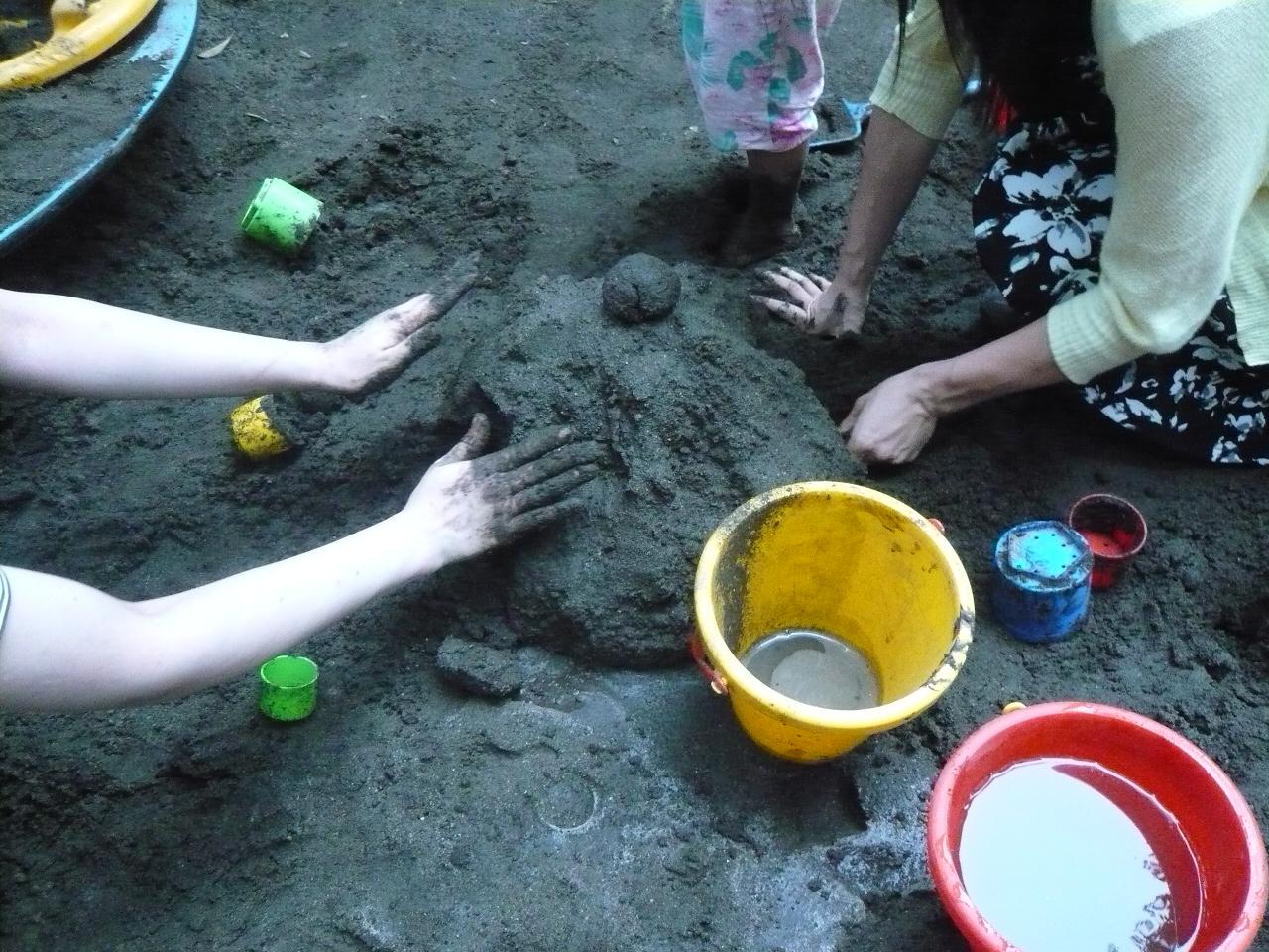 【8月特別イベント報告】砂場で大きなお城をつくろう!