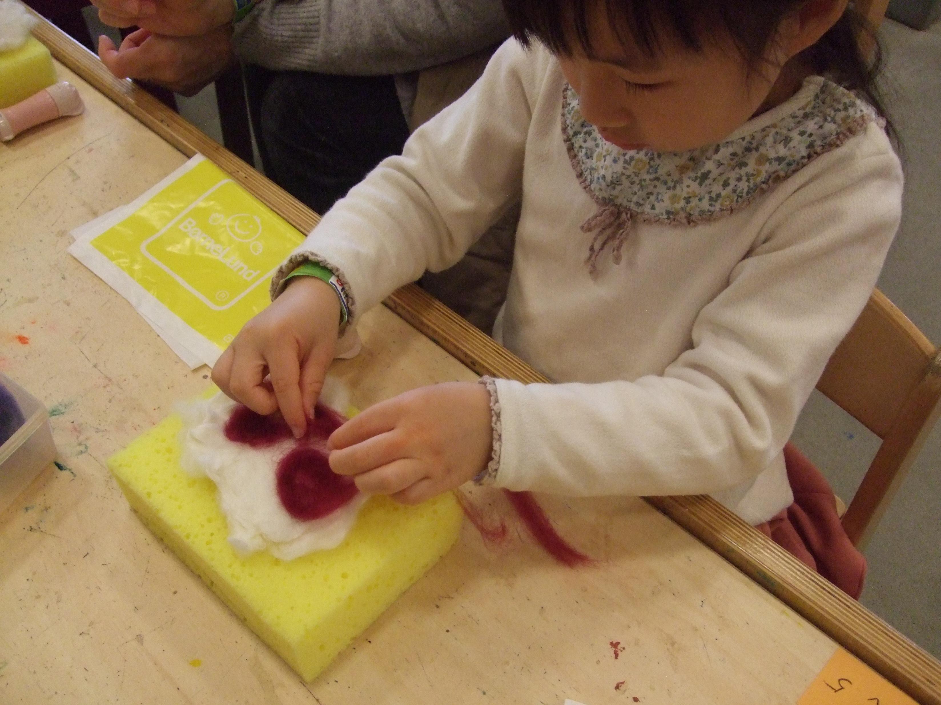 羊毛でふわふわフェルト作り
